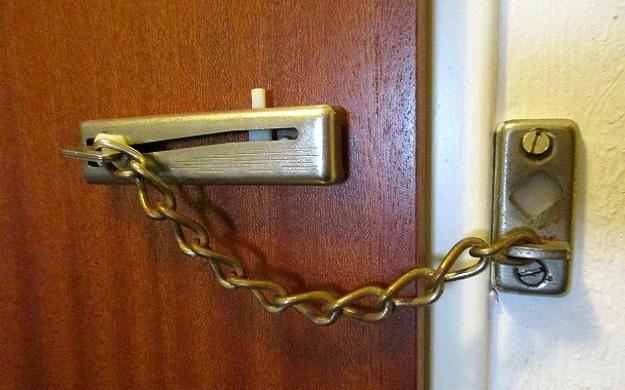 дверь на цепочке